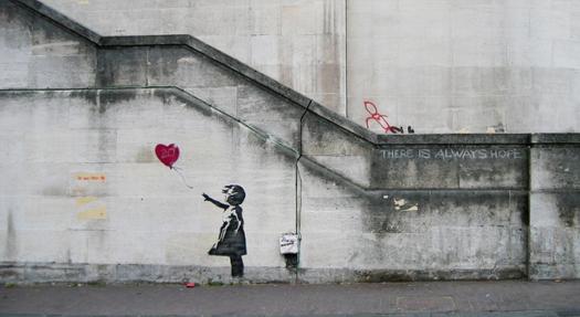 Projekty Banksy'ego jako nadruki na koszulkach