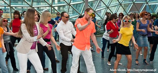 Flash mob na ulicy miasta zwykorzystaniem znanego utworu muzycznego