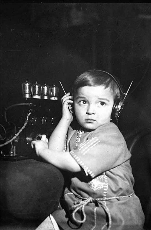 Łyk sztuki do kawy - Dziewczynka słuchająca radia